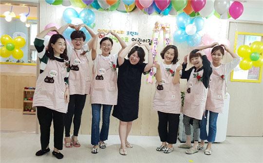 부영그룹, 전국 부영 사랑으로 어린이집에서 스승의 날 맞이 앞치마 전달 행사